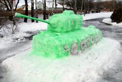 Прощай, зима! Ребята лепят скульптуры из снега