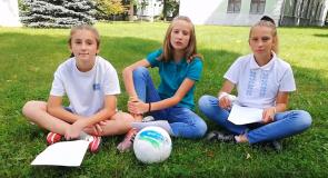 Беларускія футбалісткі чытаюць экалагічную казку