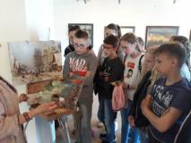 Дзяўчынкі, хлопчыкі з навагрудскай школы № 7 наведалі прыватную галерэю Кастуся Качана