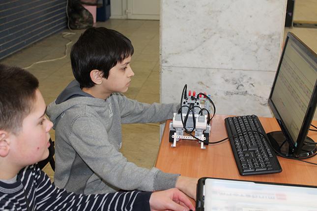 Школьники учат роботов
