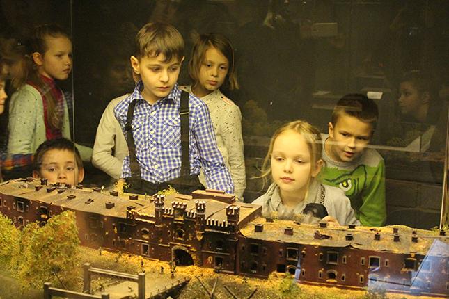 у макета Брестской крепости