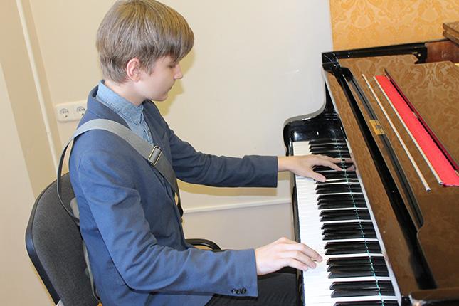 юнкор Зорьки сыграл на рояле