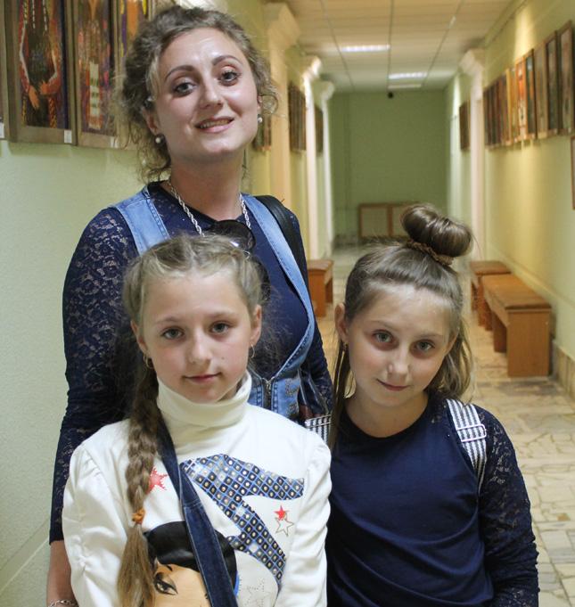 Алина Мытник с сестрой и педагогом
