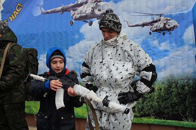 Школьники в гостях у солдат
