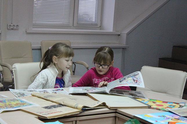 Девчушки читают выпуски прошлых лет