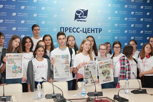 """В """"Зорьку"""" заглянули юные журналисты из разных стран"""