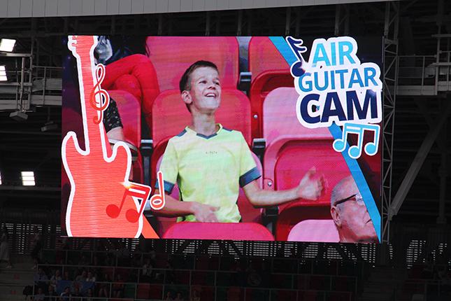 Зрители играют на воображаемой гитаре